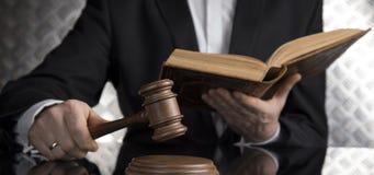 Sala sądowa, sędzia, męski sędzia w czerni lustra tle zdjęcie stock