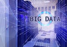 A sala simétrica fantástica do centro de dados com os servidores da penetração do código binário cobriu gráficos grandes do conce Fotos de Stock