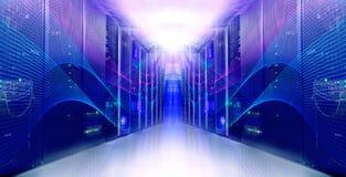Sala simétrica moderna futurista do servidor no centro de dados Fotos de Stock