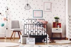 Sala simples das crianças com tapetes imagens de stock