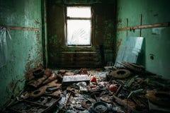 Sala suja escura com lixo em uma construção industrial abandonada imagens de stock royalty free