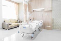 Sala szpitalna z łóżkami i wygodny medycznym wyposażającymi w mo Obraz Royalty Free
