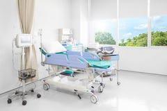 Sala szpitalna z łóżkami i wygodny medycznym wyposażającymi w mo Obraz Stock