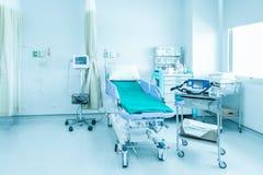 Sala szpitalna z łóżkami i wygodny medycznym wyposażającymi w mo Obrazy Stock