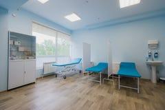 Sala szpitalna z łóżkami i wygodny medycznym wyposażającymi w nowożytnym szpitalu Obraz Stock