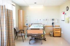 Sala Szpitalna Z łóżkiem I krzesłem Zdjęcia Stock