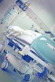 Sala szpitalna z łóżkiem otaczającym wyposażeniem Obraz Royalty Free