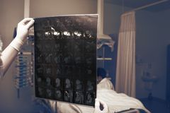 Sala szpitalna z kobiety lekarką patrzeje na CT wizerunku, vis i Obraz Royalty Free