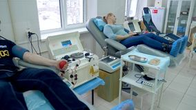 Sala szpitalna z ludźmi podczas osocza rozdzielenia procesu zdjęcie wideo