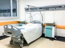Sala szpitalna z pojedynczym łóżkiem Obrazy Royalty Free