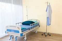 Sala szpitalna z pustym łóżkiem, infuzja set, śródżylny fluid fotografia royalty free