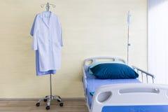 Sala szpitalna z pustym łóżkiem, infuzja set, śródżylny fluid zdjęcie royalty free