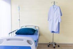 Sala szpitalna z pustym łóżkiem, infuzja set, śródżylny fluid obrazy stock