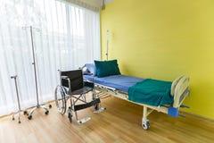 Sala szpitalna z pustym łóżkiem, infuzja set, śródżylny fluid zdjęcie stock