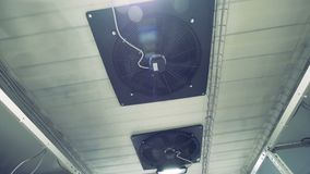 Sala técnica com os dois ventiladores instalados no teto video estoque