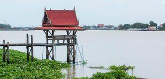 Sala tailandês para esperar o barco público no rio fotografia de stock royalty free