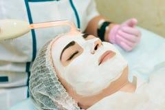 Sala, tratamento e pele da cosmetologia limpando com hardware, tratamento da acne fotografia de stock