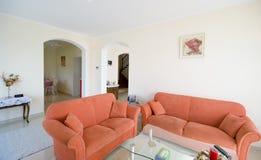 Sala TV Con i sofà arancioni Fotografia Stock Libera da Diritti