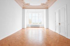 Sala vazia, assoalho de madeira e estuque da construção velha lisa nova fotos de stock royalty free