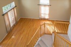 Sala vazia com o assoalho de tapete de 2 janelas Imagem de Stock Royalty Free