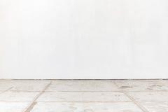 Sala vazia com parede branca e o assoalho concreto imagens de stock
