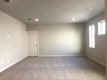 Sala vazia com tapete em uma casa nova foto de stock
