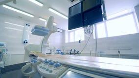 Sala vazia da cirurgia com equipamento médico especial diferente 4K video estoque