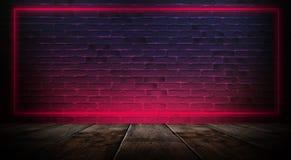 Sala vazia escura com paredes de tijolo e luzes de néon, fumo, raios imagem de stock