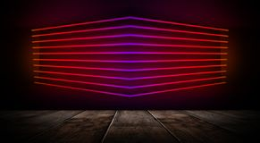 Sala vazia escura com paredes de tijolo e luzes de néon, fumo, raios imagem de stock royalty free
