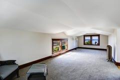 Sala vazia espaçoso com opinião da baía Fotografia de Stock Royalty Free