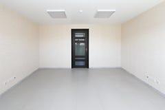 Sala vazia interior da luz do escritório com o papel de parede branco sem mobília em uma construção nova Imagens de Stock Royalty Free