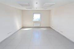 Sala vazia interior da luz do escritório com o papel de parede branco sem mobília em uma construção nova Fotografia de Stock Royalty Free