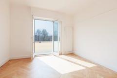 A sala vazia, janelas está aberta imagem de stock royalty free