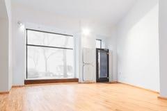 Sala vazia renovada recentemente - armazene/loja com assoalho de madeira e Fotografia de Stock