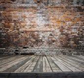 Sala velha com parede de tijolo foto de stock