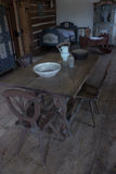 Sala velha com tabela, cadeiras e um berço do bebê Imagem de Stock Royalty Free