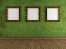 Sala verde do Grunge com quadros dourados Fotografia de Stock Royalty Free
