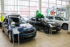 Sala wystawowa i samochód przedstawicielstwo handlowe Skoda w Kirov mieście w 2016 Zdjęcie Royalty Free