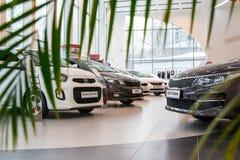 Sala wystawowa KIA i samochód przedstawicielstwo handlowe Kia Kirov w Kirov mieście Zdjęcie Stock