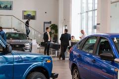 Sala wystawowa Lada i samochód przedstawicielstwo handlowe Gusar fabryczny Avtovaz wewnątrz Fotografia Royalty Free