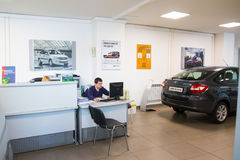 Sala wystawowa Lada i samochód przedstawicielstwo handlowe Gusar fabryczny Avtovaz wewnątrz Obrazy Royalty Free