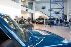 Sala wystawowa Lada i samochód przedstawicielstwo handlowe Gusar fabryczny Avtovaz wewnątrz Zdjęcia Royalty Free