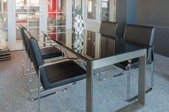 Sala wystawowa meblarski sklep z nowożytnym szkło stołem, krzesłami i fotografia royalty free
