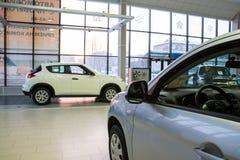 Sala wystawowa przedstawicielstwo handlowe Chevrolet i samochód w nim w Kirov mieście wewnątrz Obraz Royalty Free