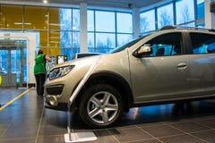 Sala wystawowa Renault i samochód przedstawicielstwo handlowe Tehzentr Gusar w Kirov c Obrazy Stock
