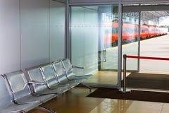 Sala y tren de espera Fotografía de archivo libre de regalías