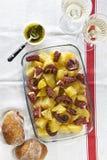 Saladе de pomme de terre et de poulpe avec l'habillage d'huile et de pair d'olive photos libres de droits