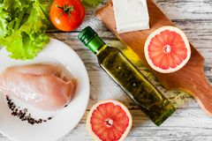 Salad with chicken, grapefruit, cheese and tomatoes Royalty Free Stock Photos