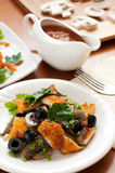 Salad with mushrooms, olives and chicken breast Royalty Free Stock Photos