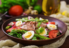 Salad with tuna, tomatoes, asparagus and onion Royalty Free Stock Photos